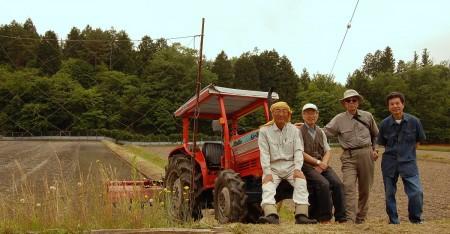 AWLの仲間と田んぼの前のトラクターで