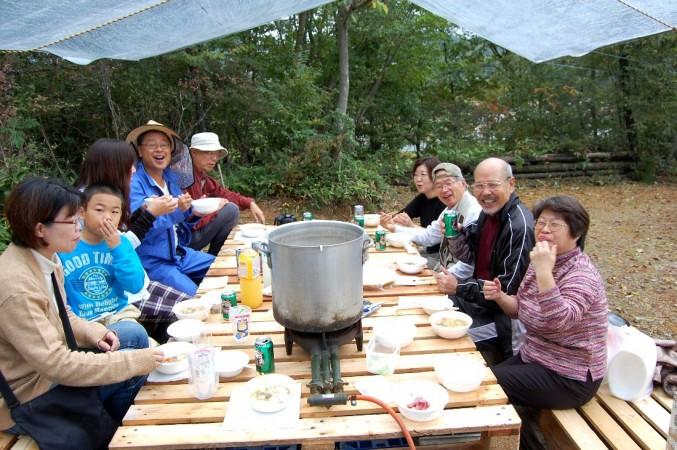 自然の里山に囲まれて芋煮会