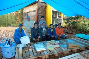3屋根と椅子テーブル完成、他の人たちは食材の準備