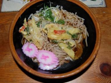 年越しそば、一杯目は天ぷらを乗せて、二杯目はシンプルにワサビをどっさりすりおろして乗せて