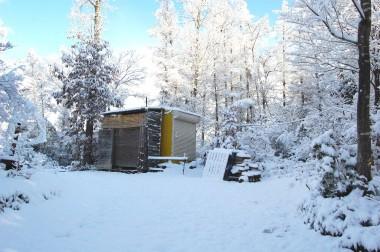 芋煮会の跡も雪のなか