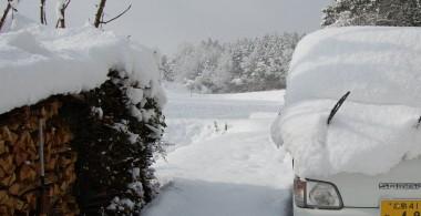 軽トラも薪も雪の下