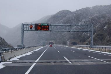 12:15津市出発 雪の新名神 鈴鹿トンネル東口を一人で広島に