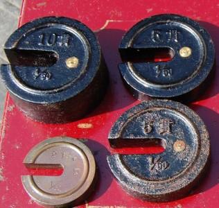 台秤の錘、左上10貫、左下5貫、右上下5貫用の錘、kg用の錘もあります
