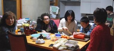 台所ではお母さんと娘さんたちが朝から料理を