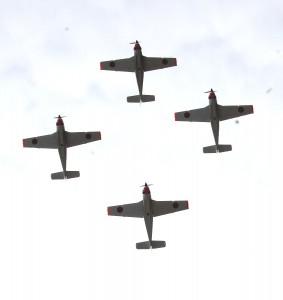 頭上を通過する4機編隊