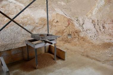 掘り採った山の土を5mmのフルイで選別