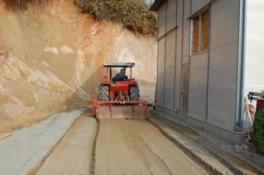 トラクターで土とセメントを攪拌混合する