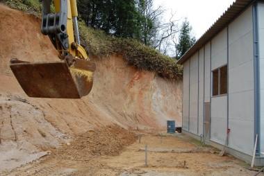 これから工事を始める、土を削って平らにする