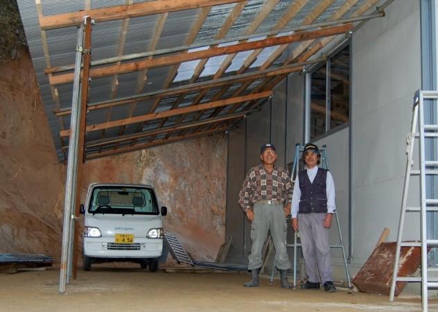 作業所の軒先作りが完成して松さんと記念写真を