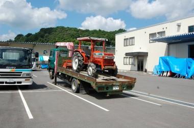 トラクターを中国クボタへ修理に運ぶ