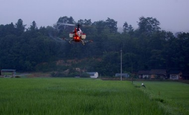 ラジコンヘリの安定した飛行で散布
