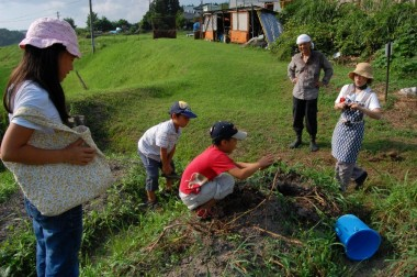 家族で自然農法の畑に