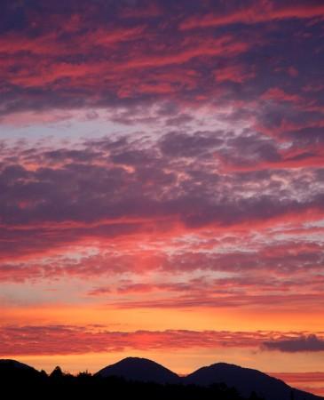 太陽が山の向うに沈んでからの数分間だけ見られる夕日
