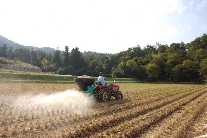 冨さんのトラクターにコンポキャスターをセットして米糠を散布