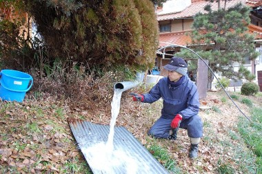 大型コンプレッサーのエアーでボーリング井戸の掃除