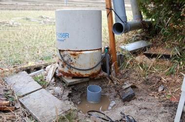 井戸孔に入っていた吸水パイプをポンプから外す