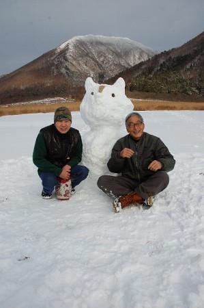 三瓶山と雪だるまをバックに記念写真
