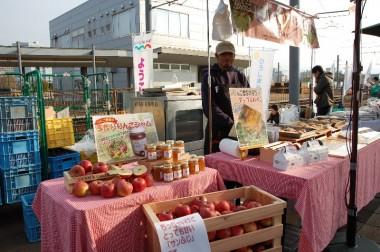 初出店の向かいのリンゴ屋さん、箱がいいですね