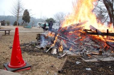 朝は寒かったので暖をとるための焚き火が強すぎて赤いコーンが・・・