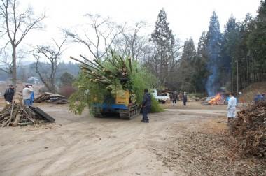 とんど材料の竹を3tのクローラーダンプで運ぶ