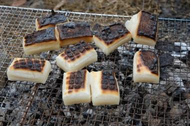 餅は火が強いと直ぐに表面が焦げる