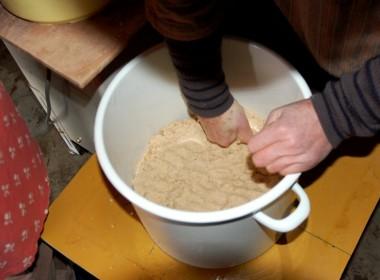 ミンチ状の物を手で丸め最後は樽に押し付ける