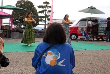 子供たちが終わって大人のダンサー、見る方々も大切な雰囲気作り、と背中が言って・・・