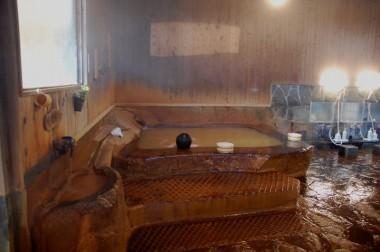 水風呂の隣には岩をくりぬいた湯船が