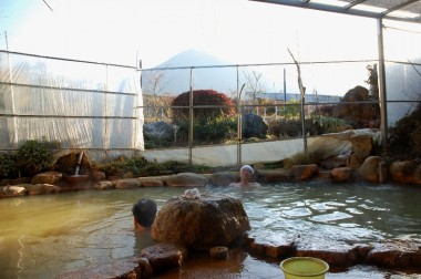 お湯は気持ち良い、ビニールハウス材料を使った風よけと手前の植木が無ければもっと良かった