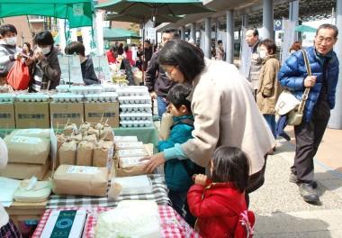 子供が「買ってぇ!」と米を持っていくなかなか面白い親子