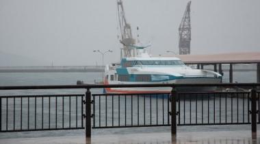 会場横の宇品港桟橋も霧の中