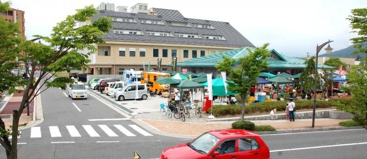「こころマルシェ」全景  青緑色の屋根が広島信用金庫西風新都支店
