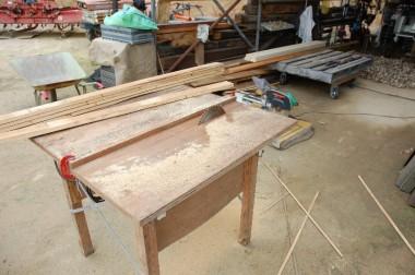 ① 友人が作ってくれた製材機で板を引き割る
