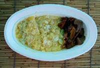 で出来た卵かけご飯にキャンピングカーりーのすじ肉の煮込みをトッピング