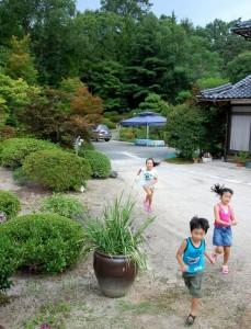 子供たちは炎天下の中庭を走り回っている