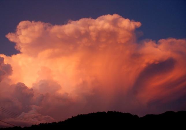 夕方見た雲の中で火が燃えている様だった
