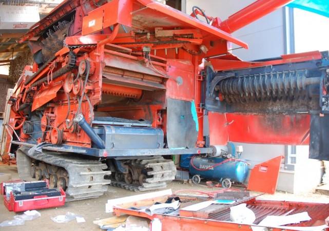 クボタの3条刈り、30馬力コンバインの脱穀部分を分解