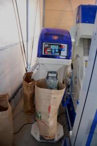 二台目の計量選別機で小米やヌカくづを除去してから計量して袋詰め