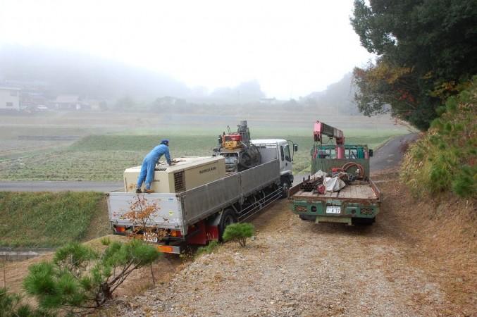 朝霧の中、先日の「芋煮会会場」登り口で積込み