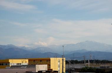 石川県の小松あたりから見た新雪の白山