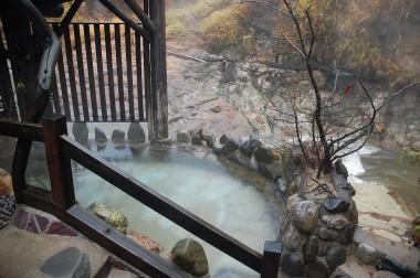 川岸の「せせらぎの風呂」