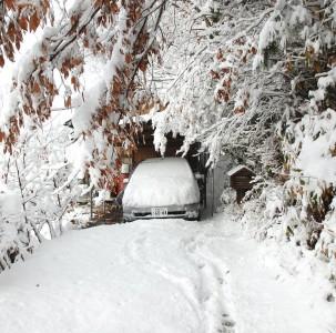 屋根だけの車庫なので雪だらけ