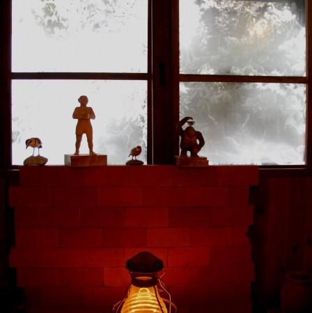 囲炉裏の部屋から窓越しの雪