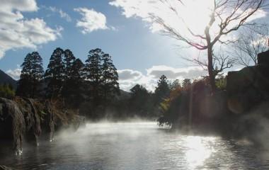 お湯が流れ込んでいる金鱗湖