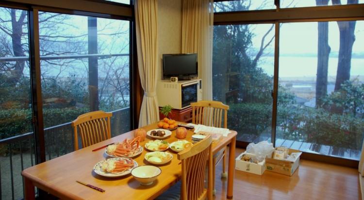 台所の窓からは日本で一番大きな面積の湖山池が見える、右手の山の向こうが鳥取空港