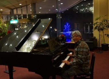 食事の後はピアノでも