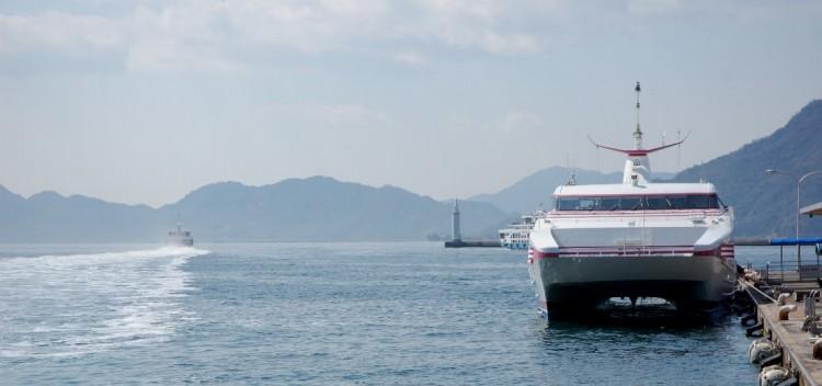 出港中と停泊中の双胴船、この桟橋の隣りがいつものマルシェ会場
