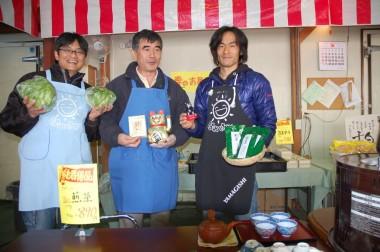 三重県からお茶と各種の大福餅持参、くまもんと招き猫は「皆様方に福がきますように」と