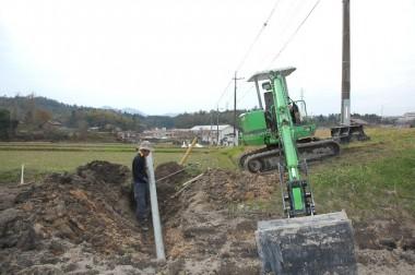 田んぼ進入路を掘って排水パイプを埋設